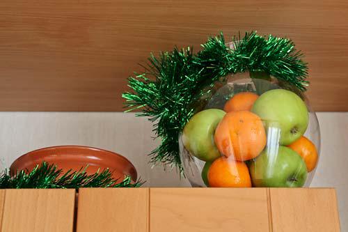 Наполните вазу фруктами и украсьте мишурой