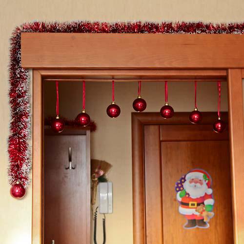 Украшаем дверные проемы мишурой и шарами
