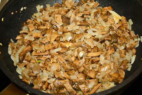 В обжаренный лук добавить грибы
