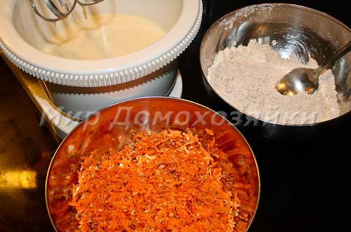 Заготовить все смеси для морковного кекса