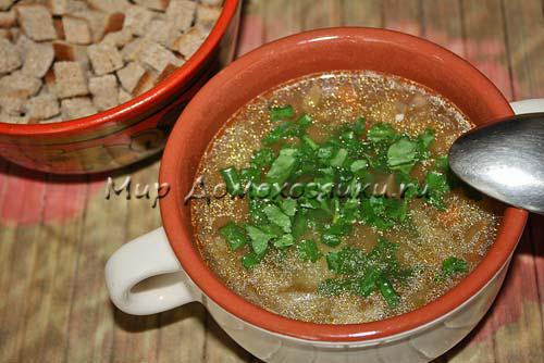 Подавать суп с сухариками и зеленью