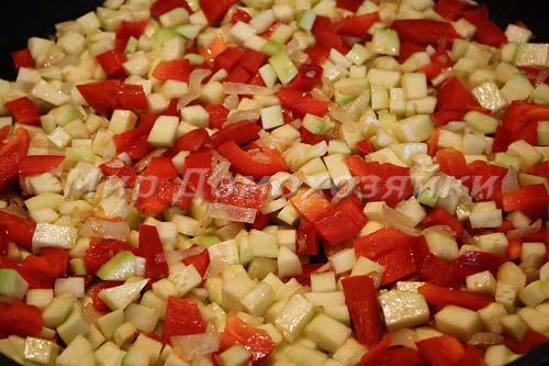 Кабачки и перец добавить к обжаренному луку