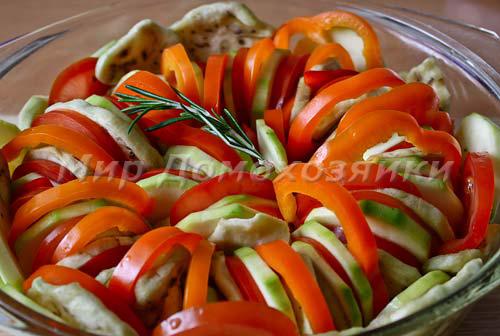 Укладываем овощи для рататуя в форму