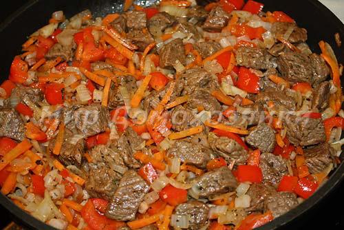 К говядине добавить морковь и красный перец