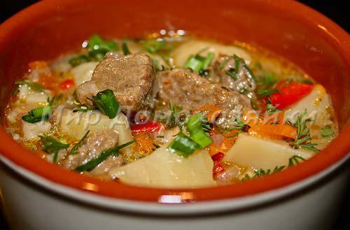 Говядина в горшочке с картошкой и овощами