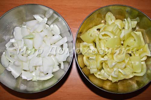 Лук и перец порезать крупными кусочками