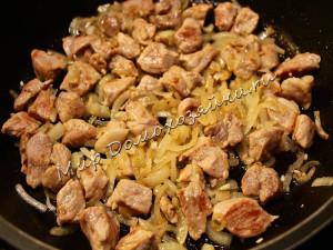 Обжариваем мясо с луком и чесноком