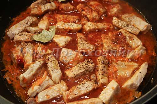Добавляем специи, воду и томатную пасту