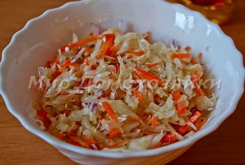 Подавать квашеную капусту с луком и ароматным маслом