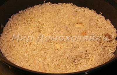 Засыпать рис и добавить чеснок