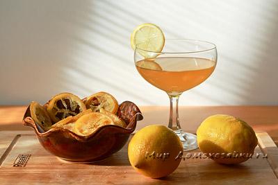 Лимонный сироп можно добавлять в чай