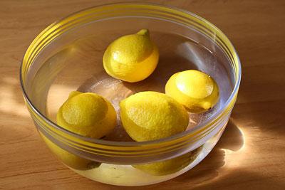 Лимоны выдерживаем в воде