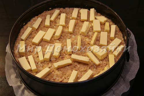 Укладываем кусочки масла на пирог