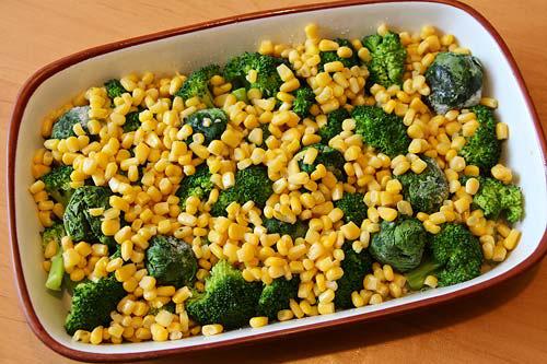 Выкладываем овощи в форму