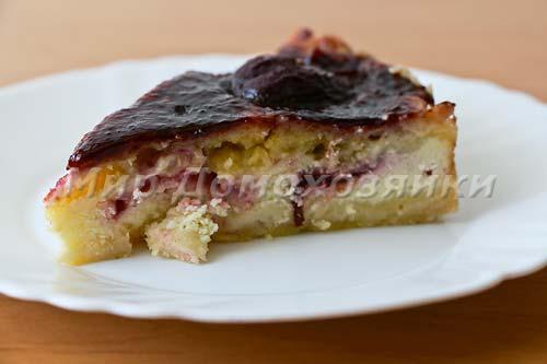 Нежный творожный пирог со сливами готов!