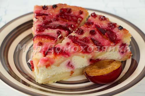 Яркий красивый творожный пирог со сливами с топпингом из красной смородины