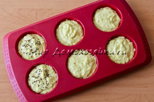 Разливаем тесто в форму для кексов