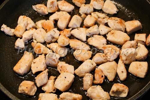 Куриную грудку обжарить и сложить в горшочек
