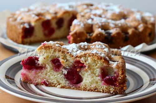Пирог с вишней присыпать сахарной пудрой