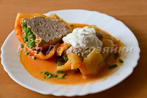 Подаем фаршированный болгарский перец со сметаной и зеленью