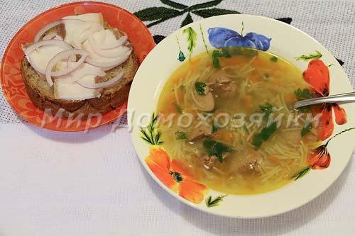 Подавать суп с куриной печенью со свежей зеленью