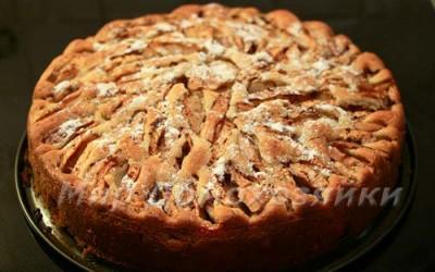Заливной пирог с яблоками готов!