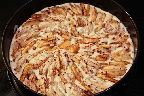 Яблоки укладываем в тесто и притапливаем