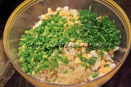 Добавить яйца и зелень