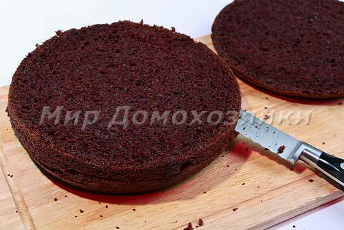 Разрезать шоколадный торт на три слоя