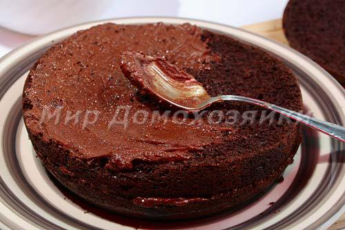 Перемазать коржи шоколадного торта кремом