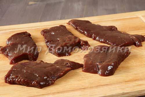 Порезать печень на порционные  куски