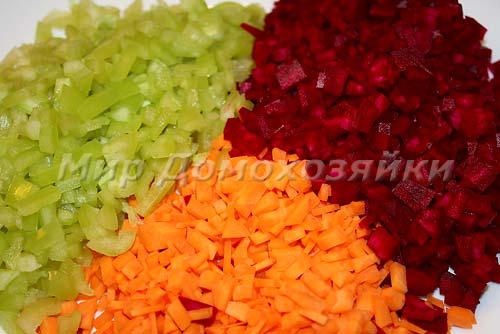Мелко нарезать морковь, свеклу и перец