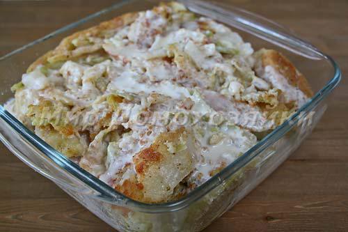 Переложить капусту в форму и залить молочным соусом