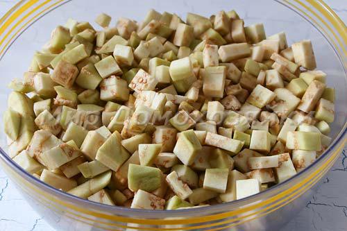 Баклажаны почистить и нарезать кубиками