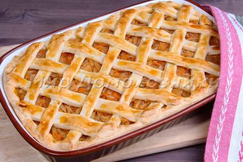 Румяный и ароматный капустный пирог готов!