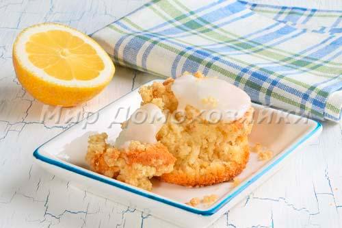 Лимонный кекс с хрустящей крошкой и глазурью в разломе