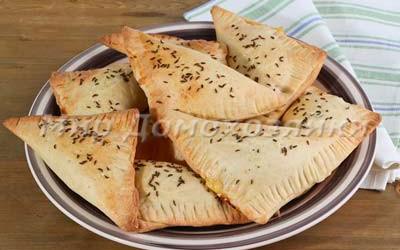 Быстрое слоеное тесто и треугольники с сыром и зеленью