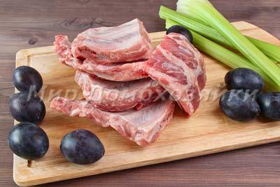 Свиные ребрышки со сливами