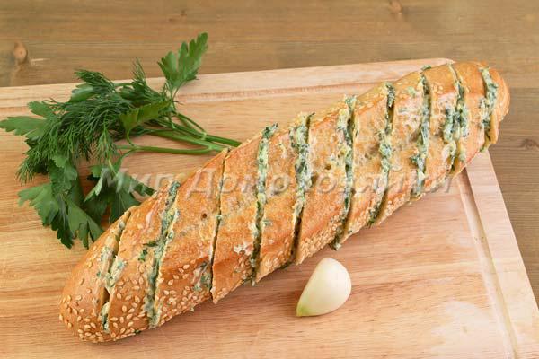 Чесночный хлеб - наполнить надрезы маслом