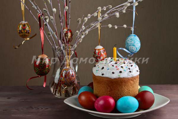 Пасхальная композиция с куличом и яйцами