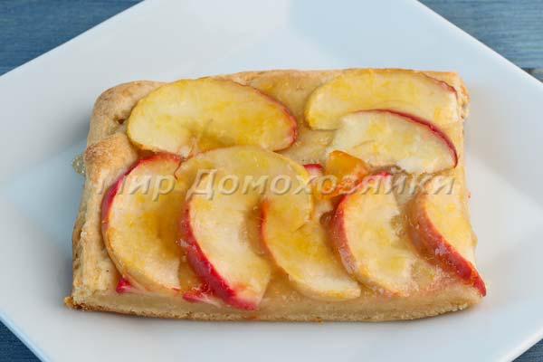 Пирог из слоеного дрожжевого теста с яблоками