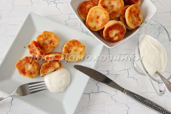Творожные сырники с изюмом и курагой