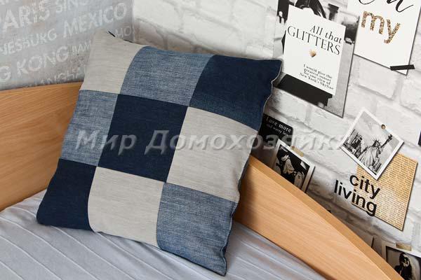 Диванные подушки из старых джинсов в интерьере