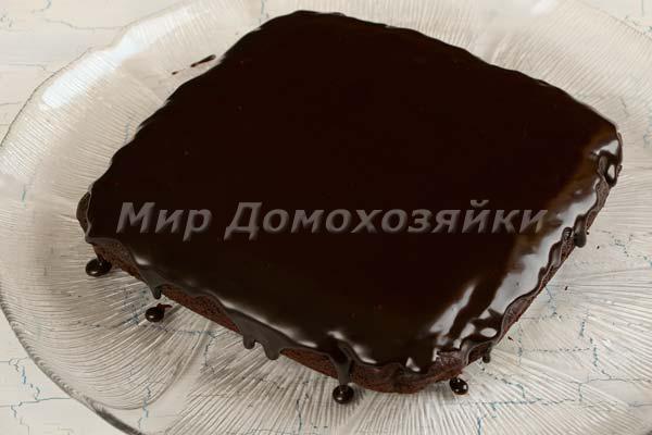 Полить торт брауни глазурью