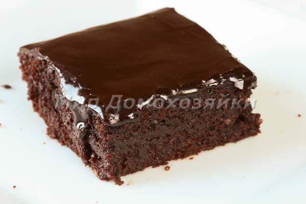 Шоколадный торт брауни в разрезе